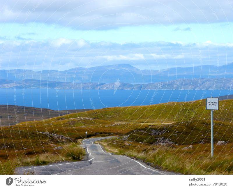 Ausweichstelle... Natur Landschaft Hügel Berge u. Gebirge Fjord Meer Schottland Großbritannien Verkehrswege Straße Verkehrszeichen Verkehrsschild Erholung