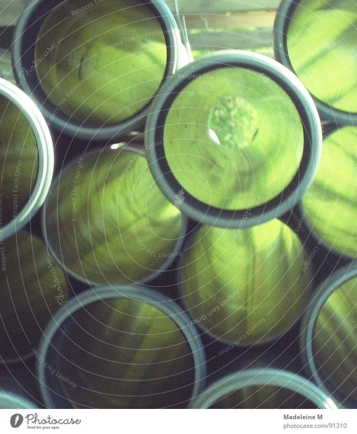 Durchblick grün grau Stapel rund tief Industrie Statue Röhren
