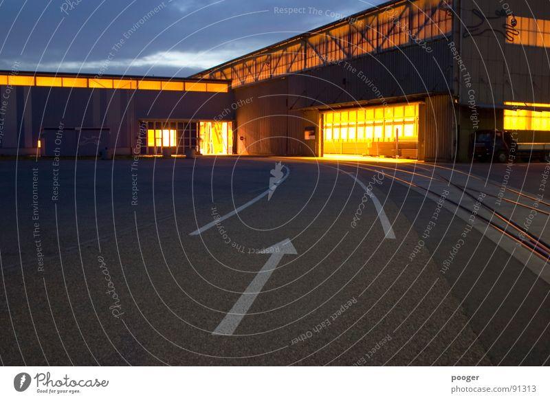 Up To Industry Licht Lagerhalle kalt Industrie Hafen Verkehrswege Pfeil Technik & Technologie Abend Straße Architektur