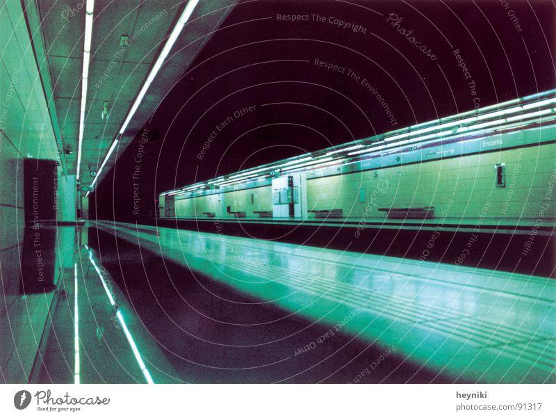 2020 grün Farbe Linie warten Bank Tunnel U-Bahn Bahnhof Neonlicht graphisch unterirdisch Fluchtpunkt