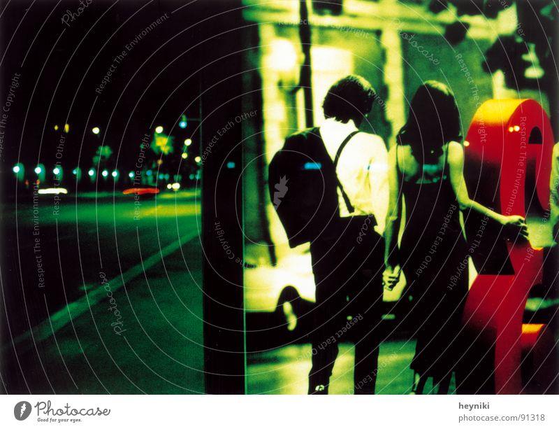 ménage à trois grün Straße Paar warten paarweise Werbung Station Nacht Verkehrswege Neonlicht Plakat Nachtaufnahme