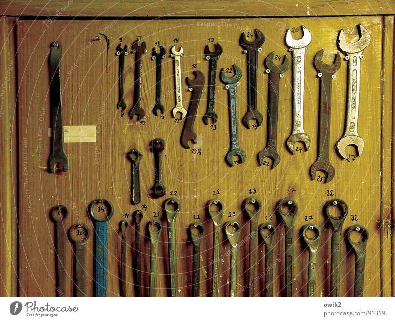Ordnung muß sein (1) heimwerken Arbeit & Erwerbstätigkeit Handwerker Arbeitsplatz Feierabend Werkzeug Technik & Technologie Holz Metall aufräumen aufgereiht