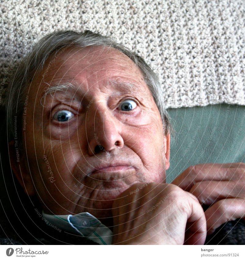 Geh runter! Mann Freude Senior Auge grau Angst groß Bett Freizeit & Hobby Liege Großvater Gewicht gefangen Entsetzen staunen notleidend