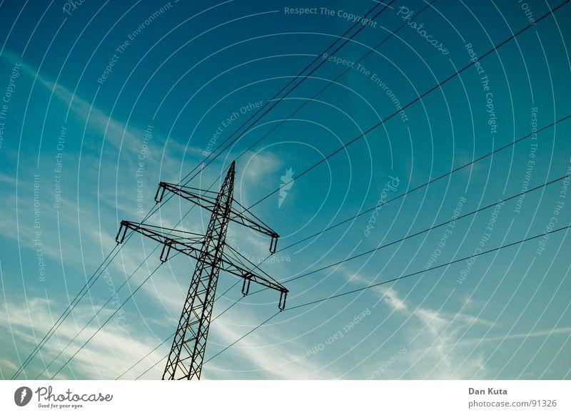 Elektrische Erinnerungen Himmel blau hoch Industrie Elektrizität offen dünn Mitte unten Strahlung Bauwerk Strommast Geometrie edel Draht Leitung