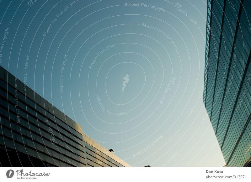 Zweck-Ehe Gegenteil Gebäude Fenster hoch standhaft Mitte modern Vorderseite Perspektive Himmel blau Glas aufwärts Moderne Architektur Textfreiraum oben