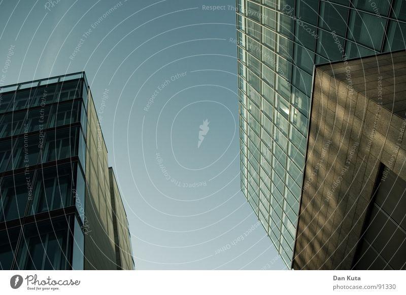 Kribbeln im Haus Himmel blau Fenster Gebäude Glas hoch modern Perspektive Geldinstitut Bankgebäude Mitte diagonal aufwärts Neigung Gegenteil