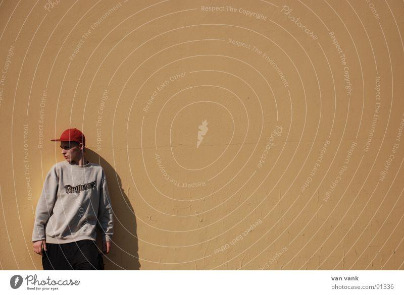 abgelenkt Wand rot Baseballmütze ruhig unaufmerksam untergehen Konzentration orange kappe Typ Einsamkeit Wegsehen Schatten Wolf im Knutkostüm