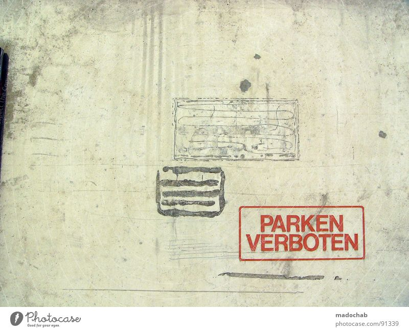 NUMMER VIER Beton Wand Mauer grau Verbote Typographie Buchstaben Wort trist leer Einsamkeit parken Parkverbot Halteverbot drohen Gesetze und Verordnungen