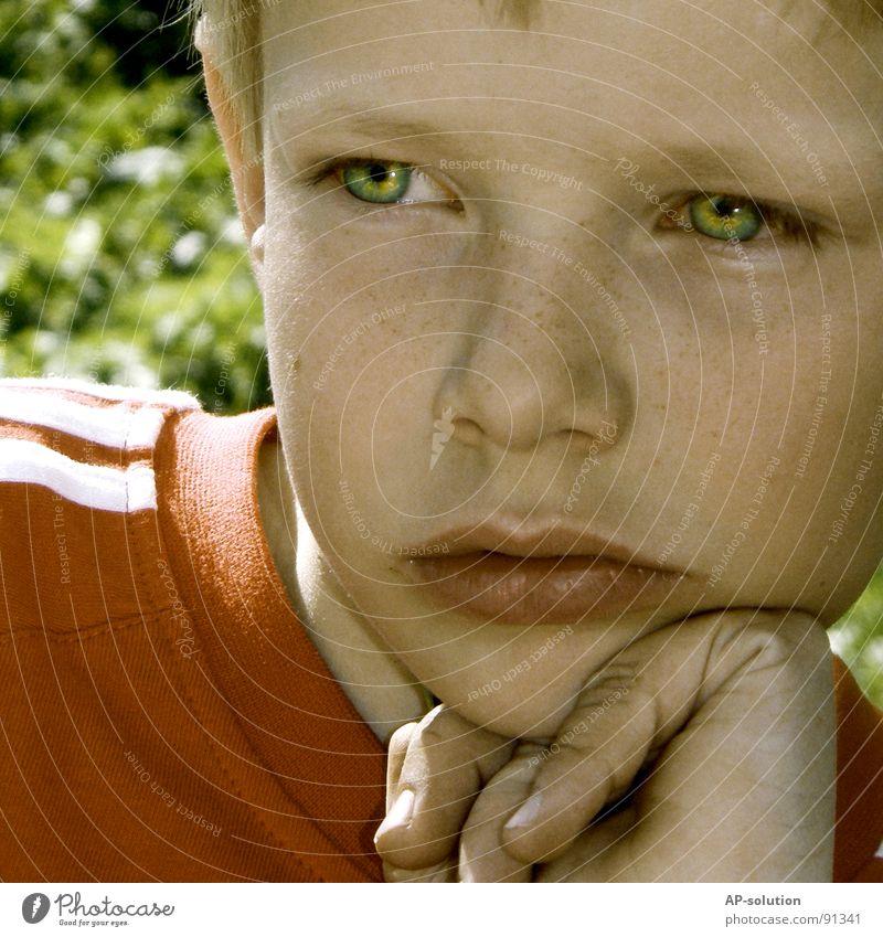 Felix, nachdenklich Haut Gesicht ruhig Kind Schulkind Mensch Junge Auge Nase Lippen Hand Finger T-Shirt blond Denken rot Gefühle unschuldig Gesichtsausdruck