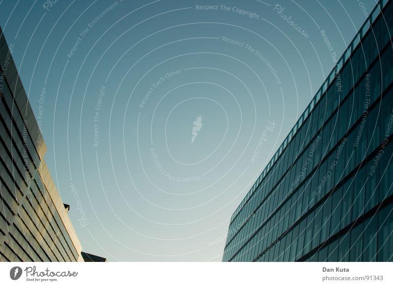 Sie liebt mich ... Himmel blau Fenster Architektur Gebäude Glas hoch modern Perspektive Geldinstitut Bankgebäude Mitte diagonal aufwärts Neigung