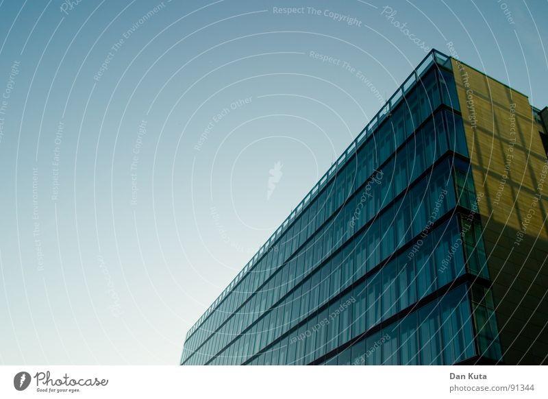 ... Sie liebt mich nicht. Geldinstitut Gebäude Fenster hoch standhaft modern Vorderseite Perspektive Himmel blau Glas aufwärts Fensterfront Glasfassade