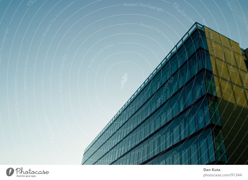 ... Sie liebt mich nicht. Himmel blau Fenster Architektur Gebäude Glas hoch modern Perspektive Geldinstitut Bankgebäude diagonal aufwärts Geometrie Neigung