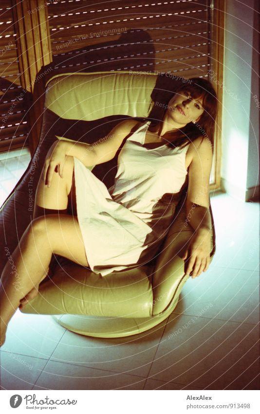 gespannt Raum Sessel Jalousie Fensterladen Junge Frau Jugendliche Beine 18-30 Jahre Erwachsene Kleid Barfuß beobachten Erholung Lächeln liegen sitzen ästhetisch