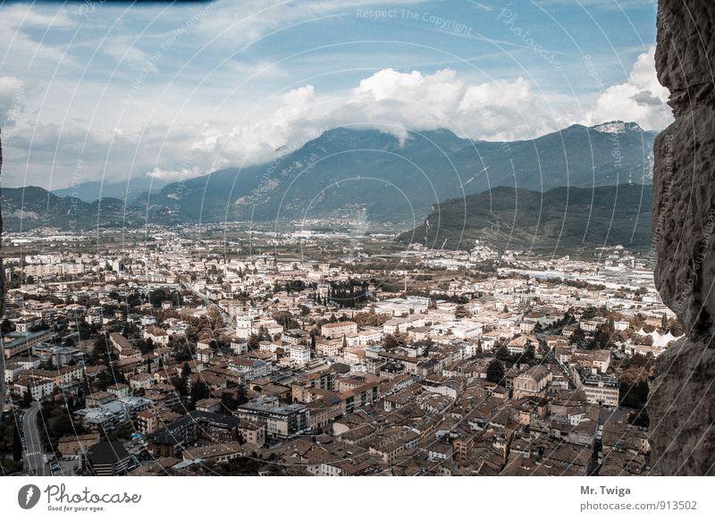 Riva del Garda Landschaft Himmel Wolken Alpen Italien Europa Kleinstadt Haus historisch entdecken Ferien & Urlaub & Reisen Italienisch Farbfoto Außenaufnahme