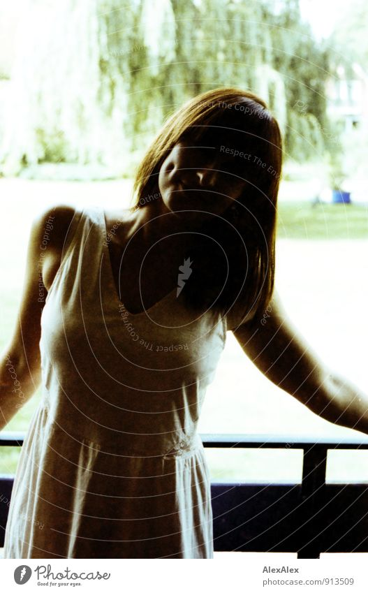 die dunkle Seite des Lächelns! Balkon Garten Junge Frau Jugendliche Grübchen Wange 18-30 Jahre Erwachsene Baum Kleid brünett langhaarig Kommunizieren lachen