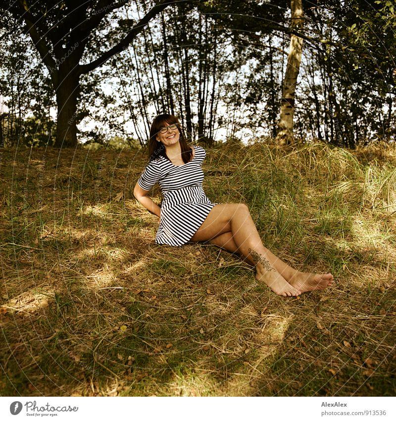 in der Wildnis! Natur Jugendliche schön Baum Junge Frau 18-30 Jahre Erwachsene feminin Glück lachen Beine Körper Sträucher sitzen ästhetisch Fröhlichkeit