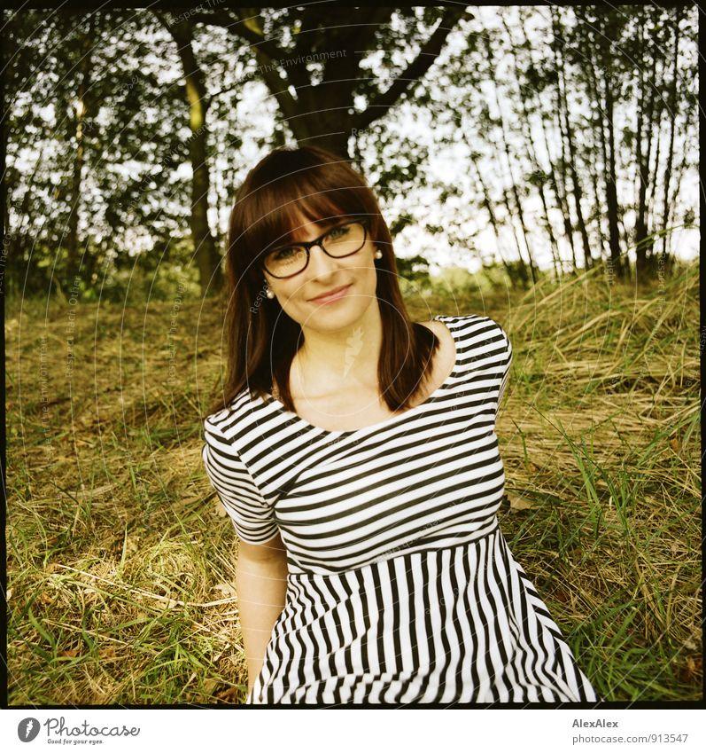 Hallo! Ausflug Junge Frau Jugendliche Grübchen 18-30 Jahre Erwachsene Natur Landschaft Schönes Wetter Baum Gras Sträucher Kleid gestreift Brille rothaarig
