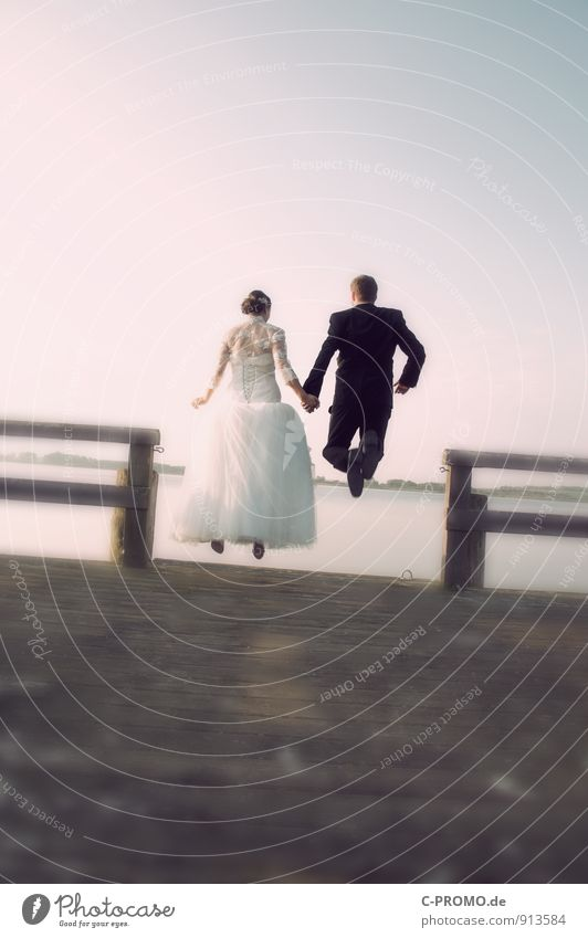 Sprung ins Eheglück Mensch Frau Jugendliche Mann schön Junge Frau Freude Junger Mann 18-30 Jahre Erwachsene feminin Liebe Glück springen Paar maskulin