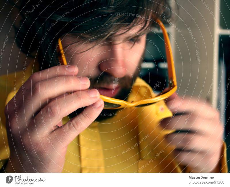 Mr Yellow Haare & Frisuren Gesicht Zufriedenheit ruhig Mensch Mann Erwachsene Jugendliche Kopf Auge Nase Mund Bart Hand Hemd Sonnenbrille Coolness gelb