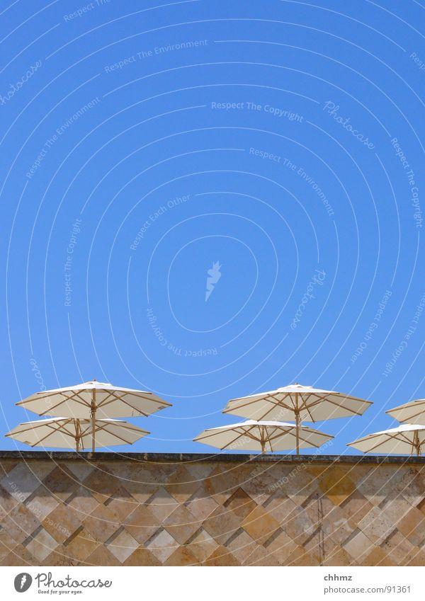 Sonnenschirme Himmel Sommer Mauer sitzen Schutz Geländer Gastronomie Quadrat bleich Wetterschutz Marmor Fenstersims azurblau Kalkstein