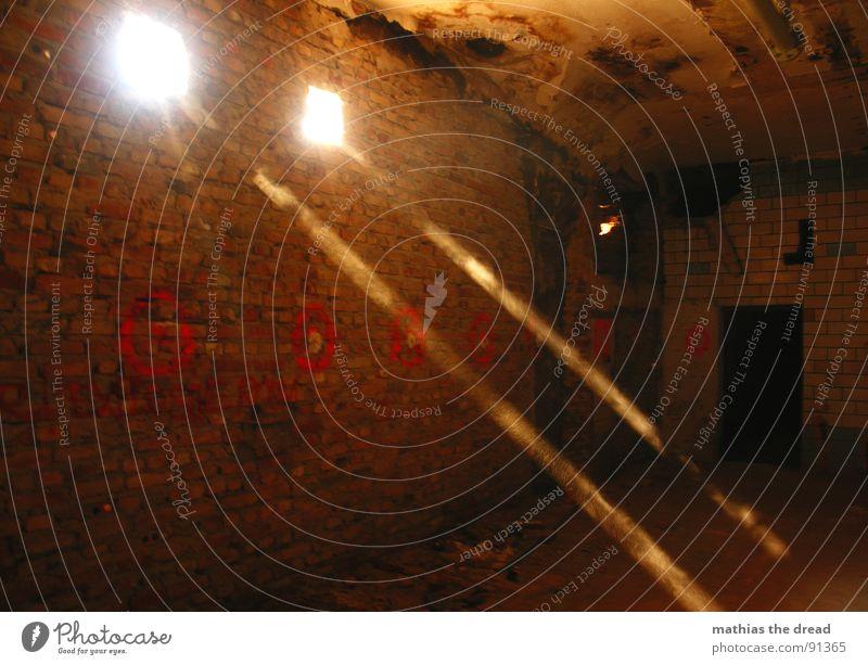 Licht II rot dunkel Wand Mauer Wärme hell 2 Raum dreckig Schilder & Markierungen verrückt verfallen Backstein Strahlung Loch Staub