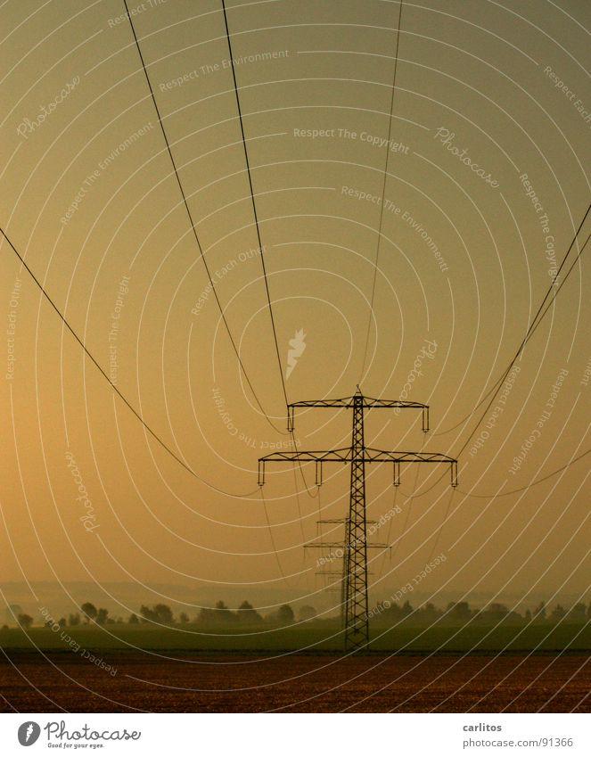 Landschaftsströmungen Morgennebel Nebel Feld Elektrizität Strommast Dunst Wolken Farblosigkeit Gras Nebelschleier Hoffnung Tatendrang Schleier Sonnenaufgang