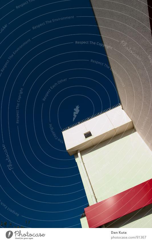 Sonnenanbeter Haus Ladengeschäft Fassade mehrfarbig rot weiß Froschperspektive unten Wolken leer graphisch Zickzack Dachrinne Fallrohr Belüftung Beschriftung