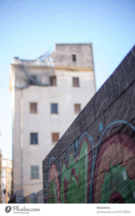nicht berlin. Himmel Stadt Sommer Sonne Haus Fenster Wand Straße Graffiti Architektur Wege & Pfade Mauer Gebäude Stein Linie Fassade