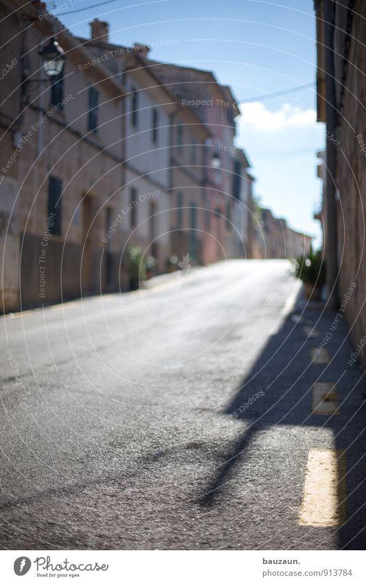 schlagschatten. Stadt Sommer Sonne Haus Ferne Wand Straße Architektur Wege & Pfade Mauer Gebäude Fassade Wohnung Häusliches Leben Dach Straßenbeleuchtung