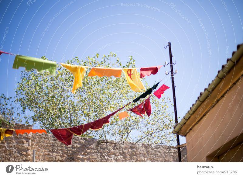 gehalten. Himmel schön Sommer Sonne Freude Haus Wärme Wand Wege & Pfade Mauer Feste & Feiern Party Geburtstag Fröhlichkeit Platz Schönes Wetter