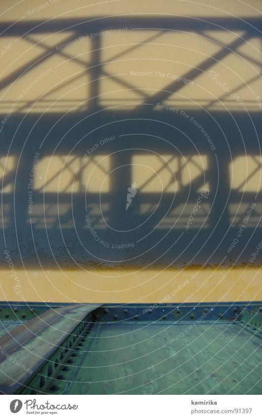 spieglein spieglein Wasser Metall dreckig Brücke Fluss Spiegel Stahl Rost bauen Geometrie Bach Konstruktion Eisen Stahlträger überbrücken