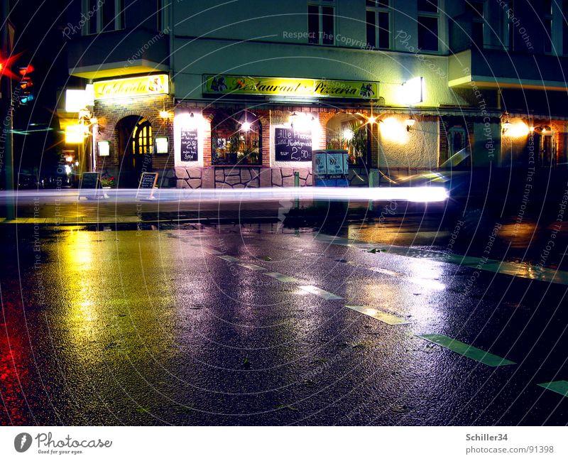 LICHTSPIELE Asphalt Reflexion & Spiegelung Licht Haus Restaurant Gastronomie Langzeitbelichtung Nachtaufnahme Verlauf Fassade Verkehrswege Straße Bodenbelag PKW