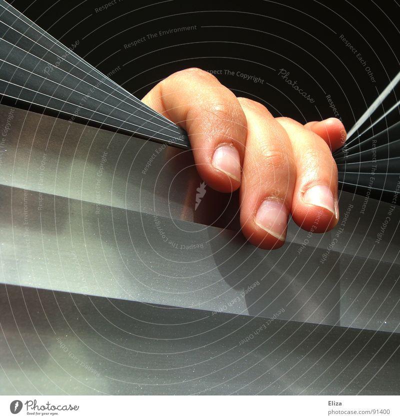 Eine Hand die aus dem Dunkeln hervorgreift, Befreiung, anonym, gefangen, isoliert, einsam Außenaufnahme Nahaufnahme Isolation Mensch Finger Fenster beobachten