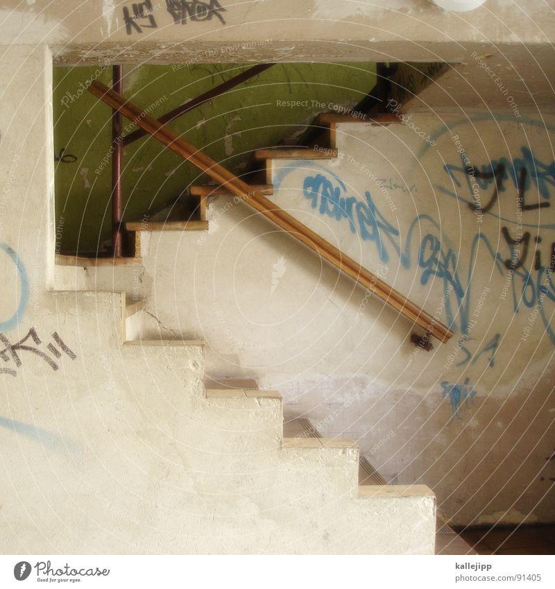 showtreppe Stadt Haus Linie Graffiti dreckig Architektur Treppe Mitte Eingang Rauschmittel DDR schäbig aufwärts steigen Geländer