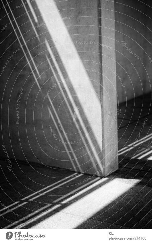 ecken und kanten Mauer Wand Linie Stein Beton dunkel eckig trist Lichteinfall Schattenspiel Schwarzweißfoto Außenaufnahme Menschenleer Tag Kontrast Sonnenlicht