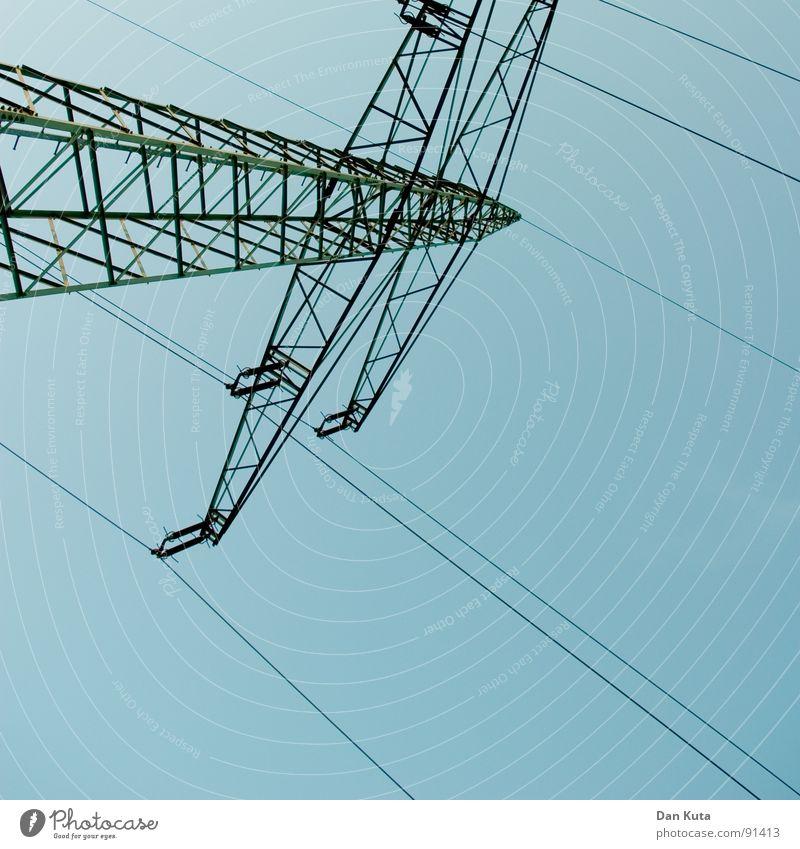 Hoch-Spannung Himmel blau hoch Industrie Elektrizität offen dünn Mitte unten Strahlung Bauwerk Strommast Geometrie edel Draht Leitung