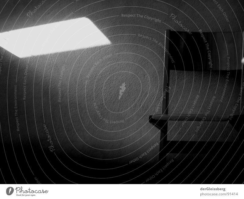 alleingelassen Angst dunkel Raum Licht Wand ungemütlich schwarz kalt Panik Einsamkeit Stuhl cold chair light dark room fear Mauer
