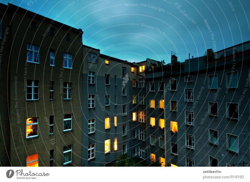 Fenster Abend Abenddämmerung Berlin erleuchten Farbkarte Farbe Farbenspiel Feierabend Haus hell Herbst Himmel hinten Gasse Rückansicht Hinterhof