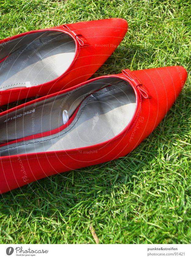 Sommertag Schuhe Gras Wiese rot grün Tanzen Glück