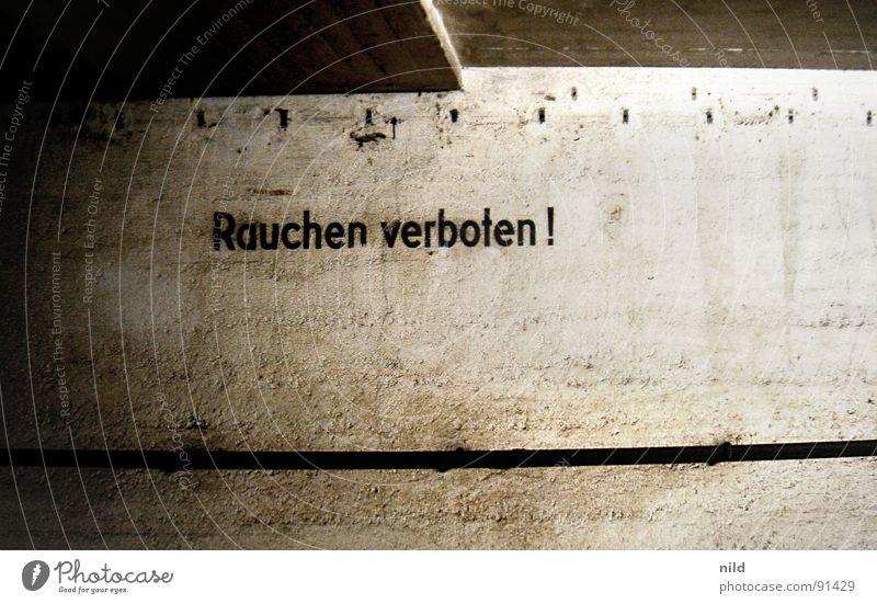 Titel siehe Bild Einsamkeit Wand Industrie Schriftzeichen Rauchen Buchstaben verfallen Hinweisschild Typographie Verbote Schilder & Markierungen Nichtraucher Rauchen verboten