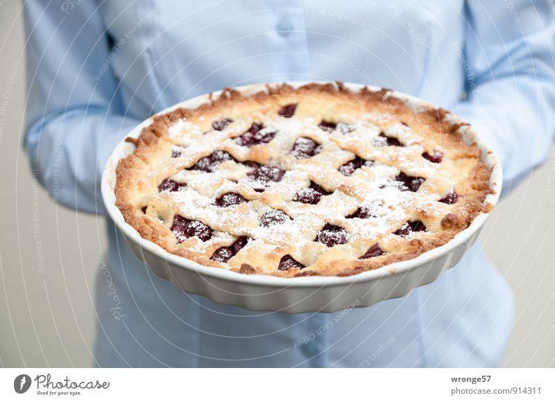 Lecker Kuchen Lebensmittel Teigwaren Backwaren Italienische Küche Mensch feminin Frau Erwachsene 1 45-60 Jahre lecker süß blau braun Kirschkuchen knusprig Cross