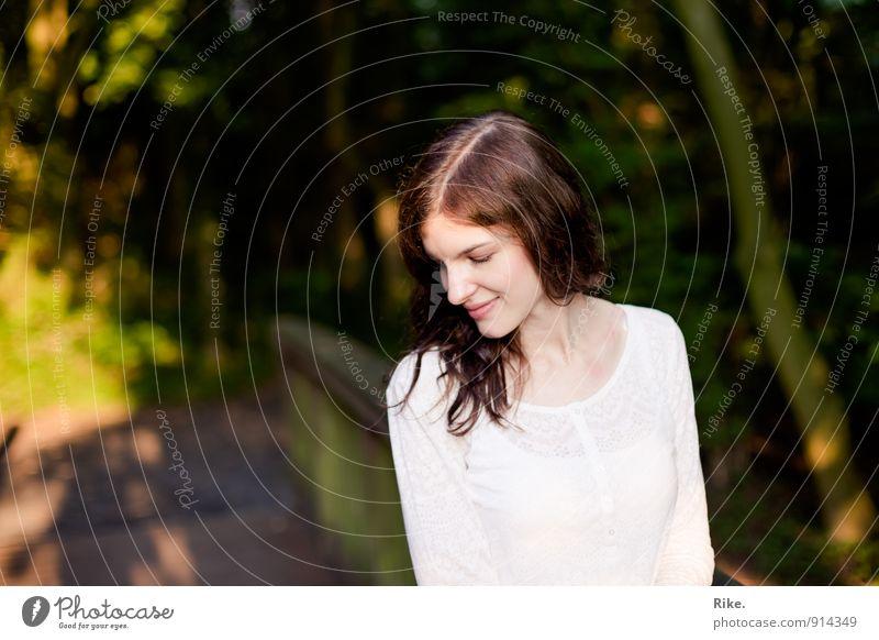 Nach innen gekehrtes Glück. Mensch feminin Junge Frau Jugendliche Erwachsene 1 13-18 Jahre Kind 18-30 Jahre Natur Park brünett langhaarig Lächeln träumen