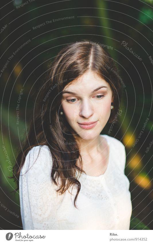 In Gedanken. Mensch Kind Jugendliche schön Junge Frau ruhig 18-30 Jahre Erwachsene Gesicht Gefühle feminin natürlich träumen Zufriedenheit 13-18 Jahre Haut