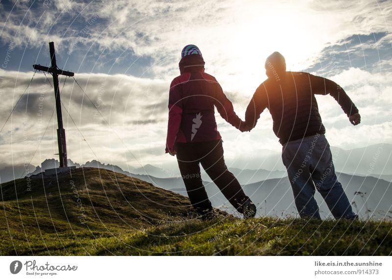 zusammen ist man weniger allein Mensch Natur feminin Liebe Glück Paar maskulin wandern Gipfel Alpen Gipfelkreuz Hand in Hand