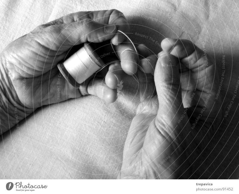 naehen Nähen Hand Arbeit & Erwerbstätigkeit Mann schwarz weiß Rolle Frau Senior Handwerk Schwarzweißfoto Nähgarn hands fingers Mensch handmade b&w skin Haut