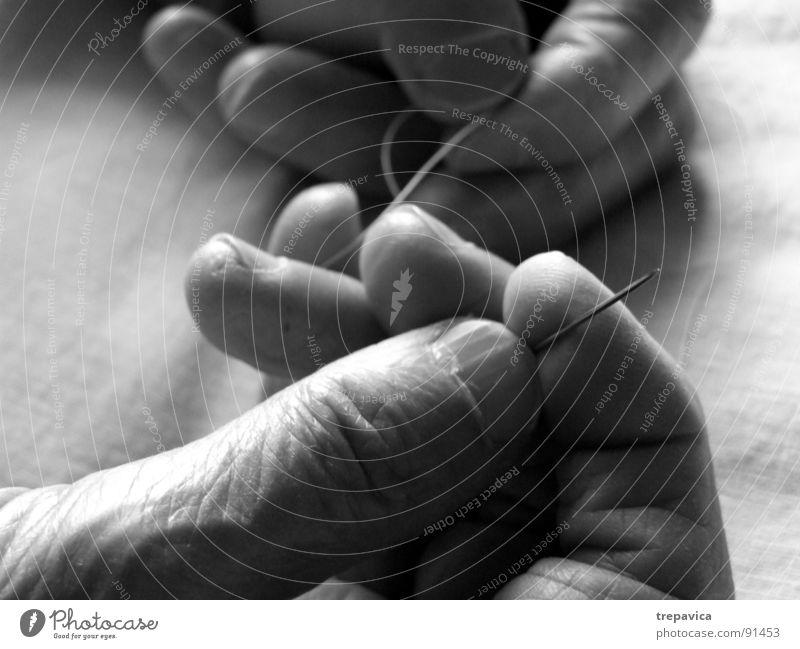 naehen I Nähen Hand Arbeit & Erwerbstätigkeit Mann schwarz weiß Rolle Frau Senior Handwerk Schwarzweißfoto Nähgarn hands fingers Mensch handmade b&w skin Haut