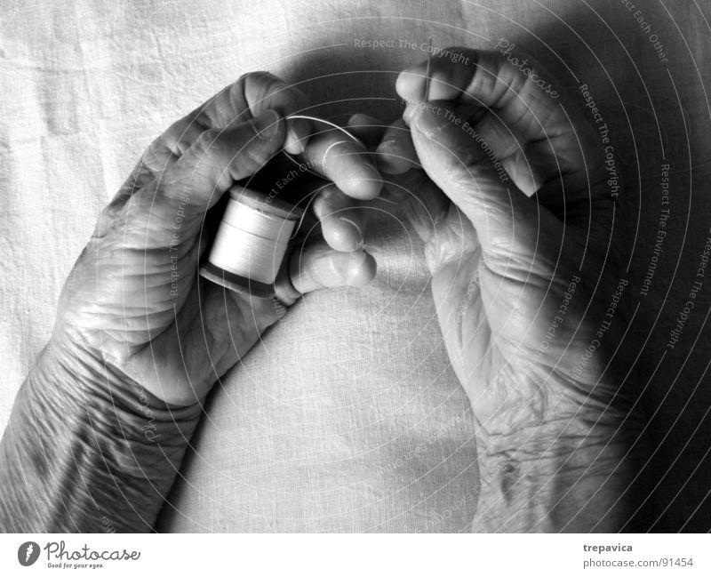 naehen II Nähen Hand Arbeit & Erwerbstätigkeit Mann schwarz weiß Rolle Frau Senior Handwerk Schwarzweißfoto Nähgarn hands fingers Mensch handmade b&w skin Haut