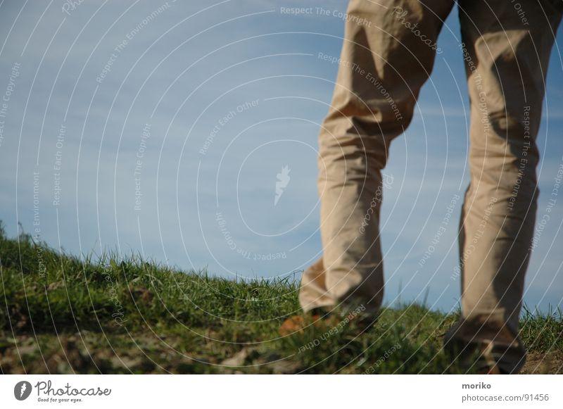Sehnsucht Himmel weiß grün Wolken Ferne Gras Wege & Pfade Beine träumen Fuß Schuhe Angst Zukunft Hoffnung Trauer Hügel