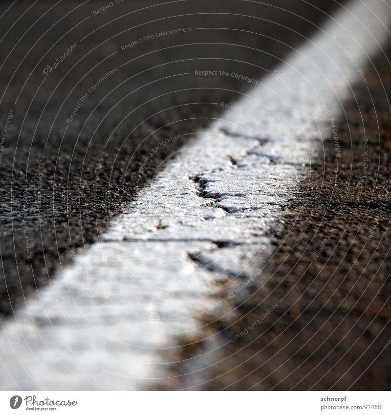 Am Wegesrand alt Ferne Farbe Straße dunkel Wege & Pfade Linie hell Wetter Verkehr kaputt trist Europa Industrie Bodenbelag einfach