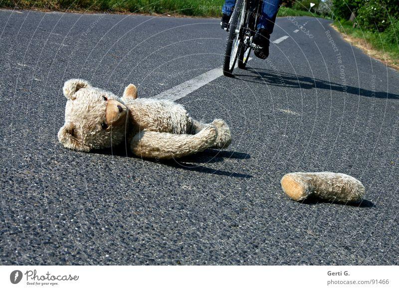 crash test teddy Mensch Straße Wege & Pfade Linie Fahrrad Angst gefährlich Spuren Spielzeug Verkehrswege verloren Unfall Desaster Panik Behinderte Erste Hilfe
